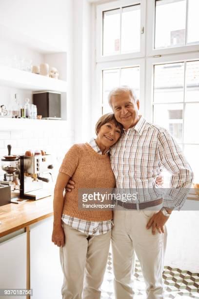 ältere Erwachsene stehen in der Küche