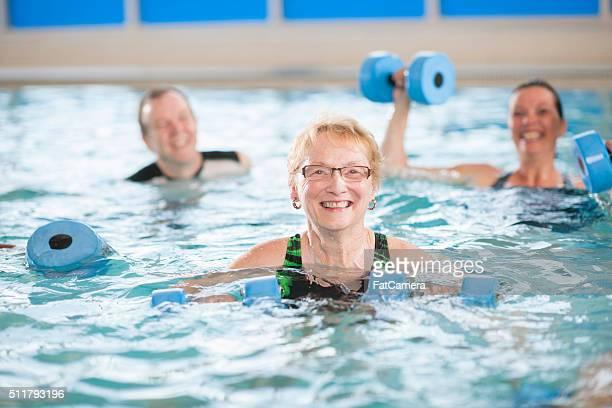Senior Erwachsener ein Wasser-Aerobic-Kurs