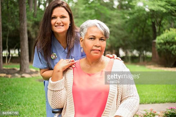 Adulte sénior ET santé infirmière maison, le nourricier en plein air. Maison, accessible en fauteuil roulant.