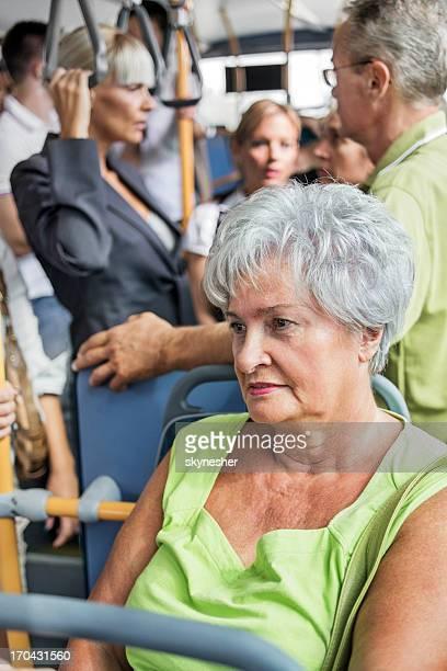 Senior adulte femme les transports en bus.
