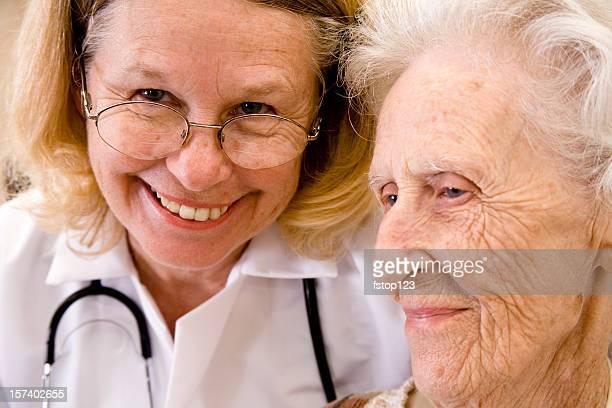 Senior adulte femme avec Caucasien femme médecin.