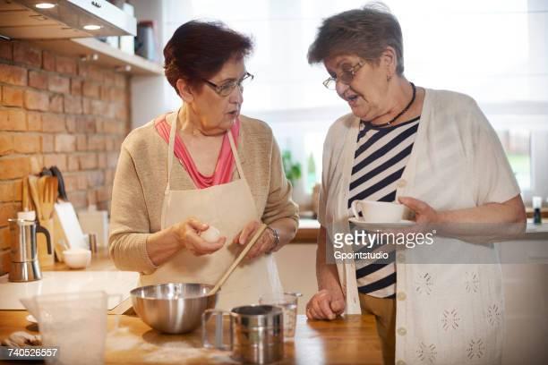 senior adult women drinking coffee and baking - irmã - fotografias e filmes do acervo