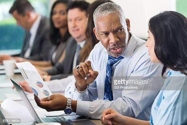 Senior Homme d'affaires américain africain parler des graphiques financiers lors de votre conférence d'affaires