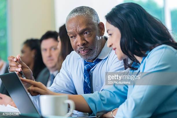 Senior empresario americano africano negocios en una conferencia o seminario de capacitación
