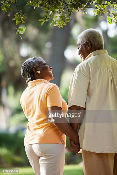 Senior couple afro-américain tenant les mains