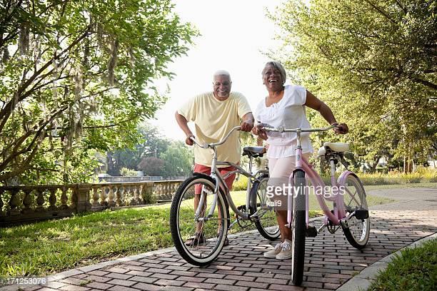 Senior pareja afroamericana ciclismo de bicicletas