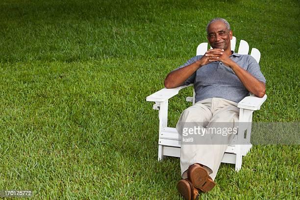 Senior afrikanischen amerikanischen Mann sitzt im adirondack-Stuhl