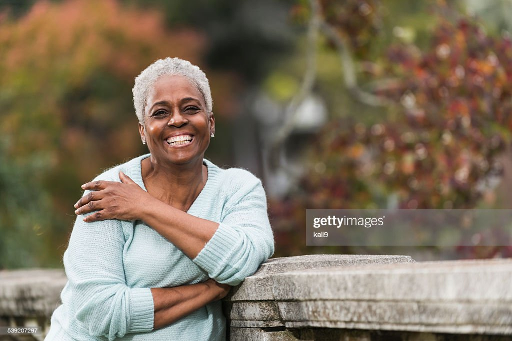Senior afrikanische amerikanische Frau im park : Stock-Foto