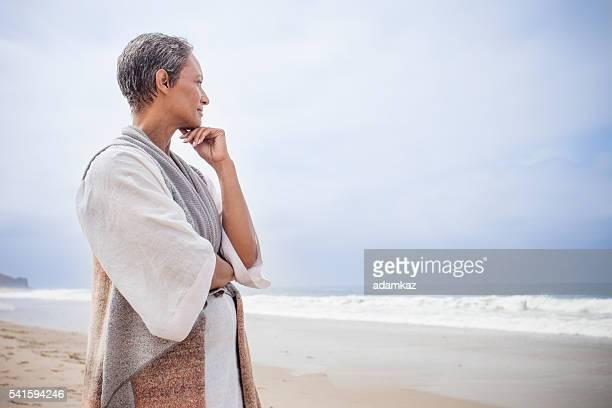 Mujer afroamericana Mayor relajante en la playa