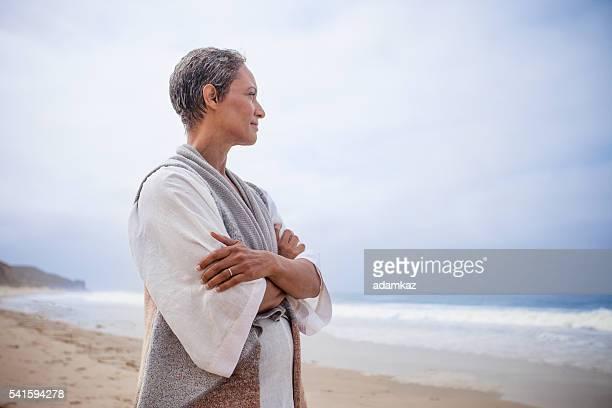Ältere afroamerikanische Frau Entspannung am Strand