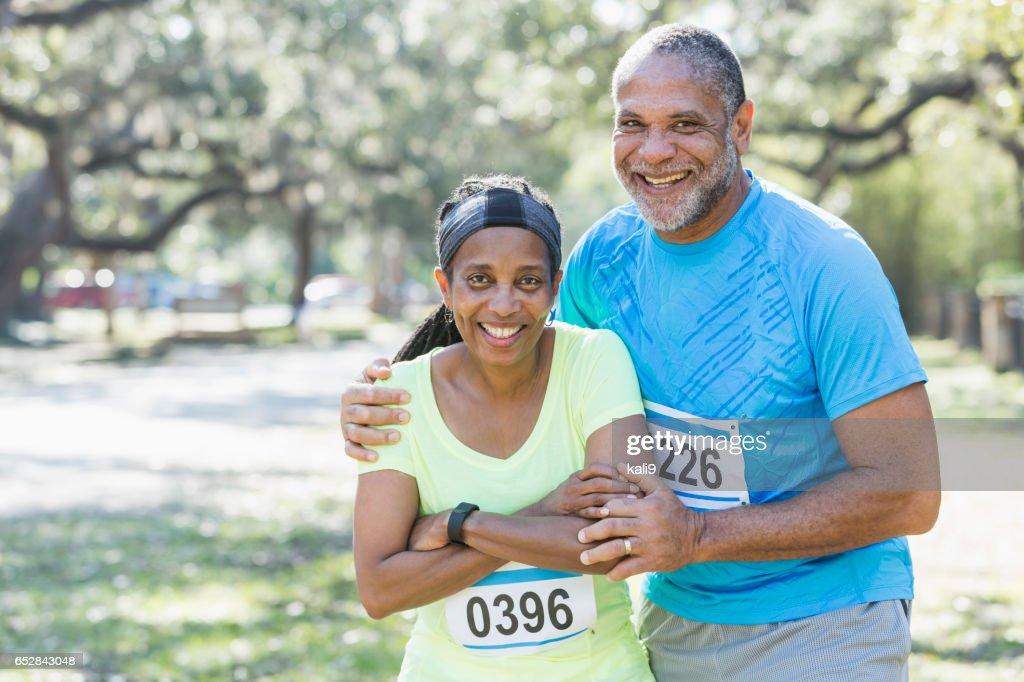 シニア アフリカ系アメリカ人のカップルが一緒にレースを実行しています。 : ストックフォト