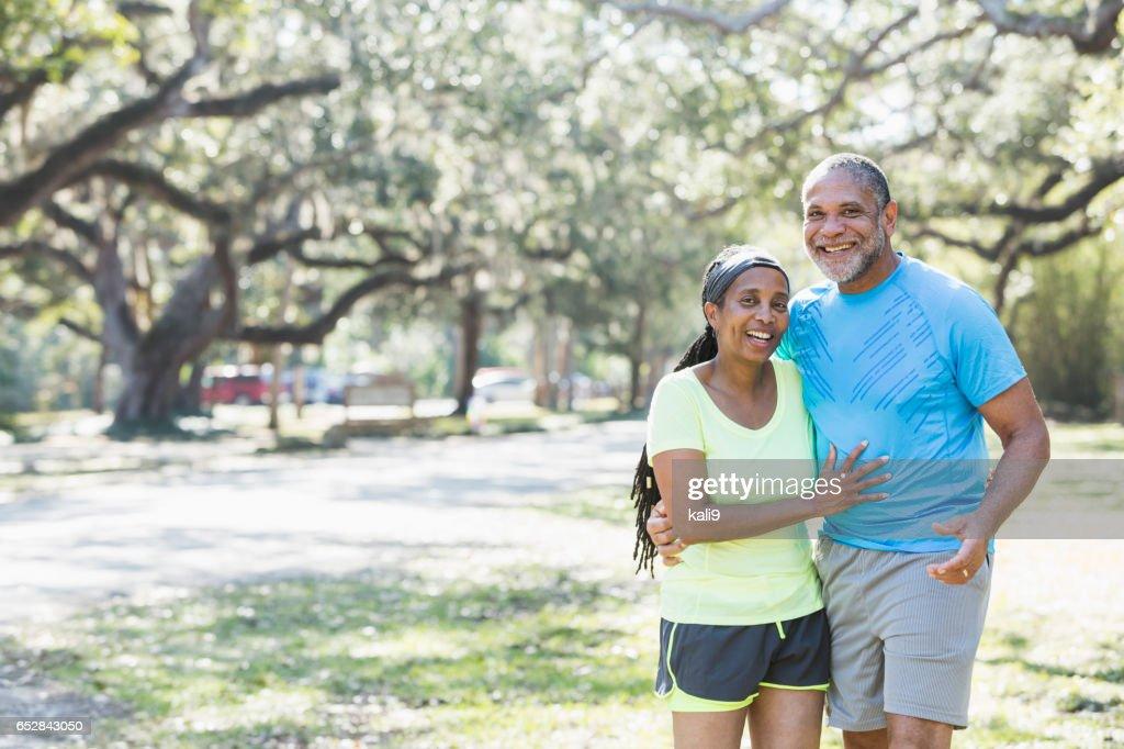 Senior afroamerikansk par stående grupp i park : Bildbanksbilder
