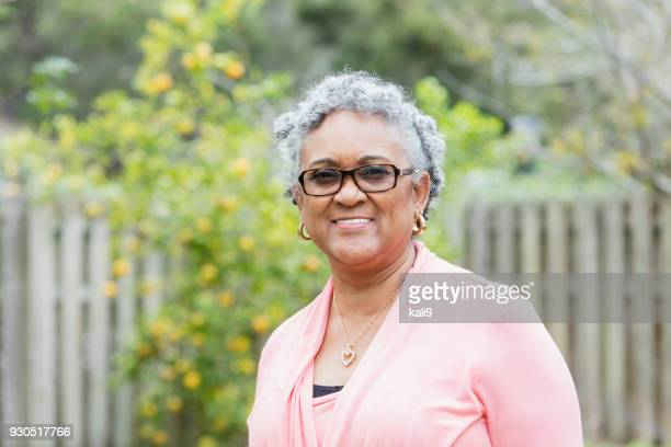 senior afro-amerikaanse vrouw buitenshuis - afro amerikaanse etniciteit stockfoto's en -beelden