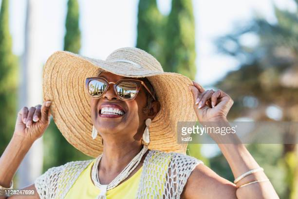 senior african-american woman wearing sunglasses - cappello foto e immagini stock