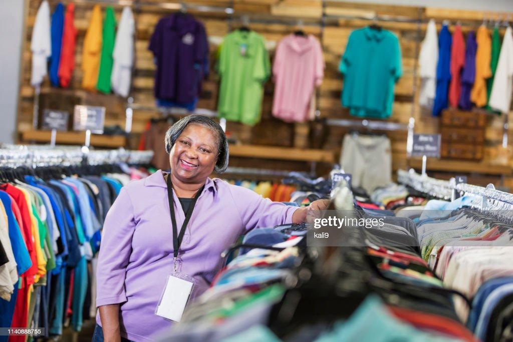 Mujer Afroamericana Senior Que Trabaja En La Tienda De Ropa Foto De Stock Getty Images