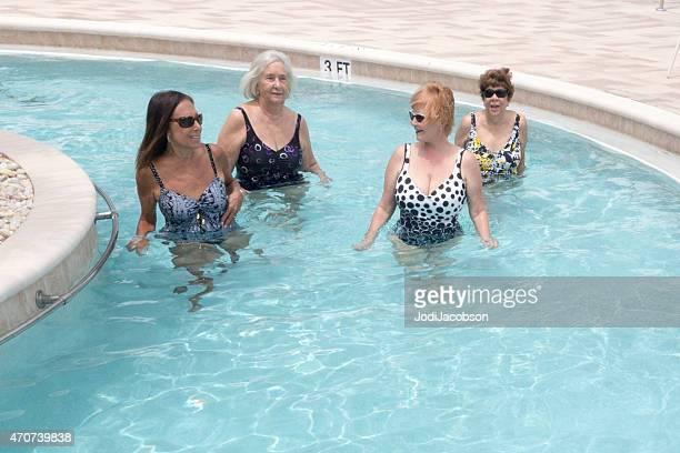 senior und mittleren Alter Frau Trainieren mit einem Widerstand-pool