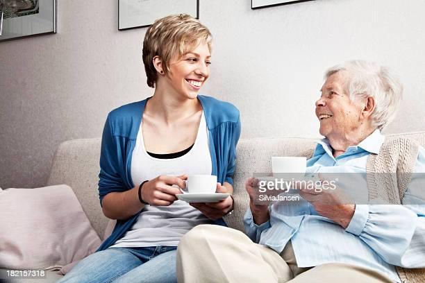 senior et jeune femme dans une conversation amicale