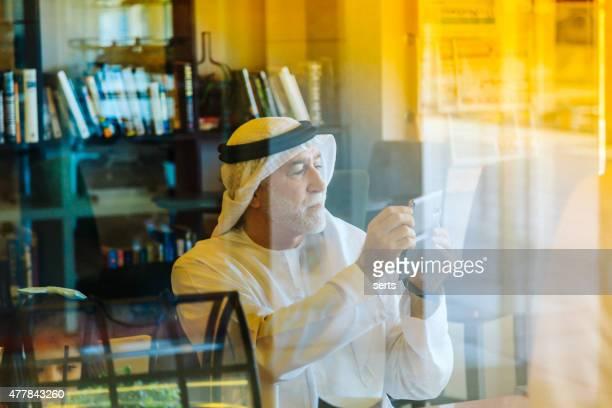 Senior arabische Mann Fotografieren mit einem smartphone
