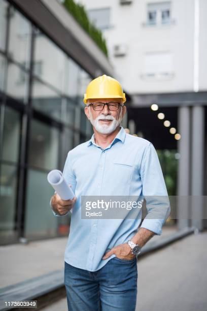 architecte principal regardant l'appareil-photo. - affaires finance et industrie photos et images de collection