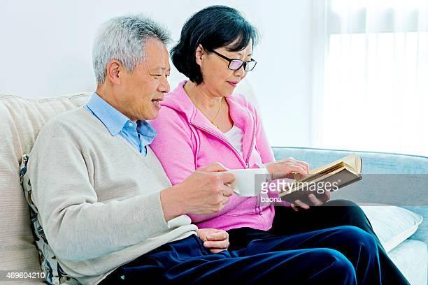 幸せなシニアアジアカップル読書は