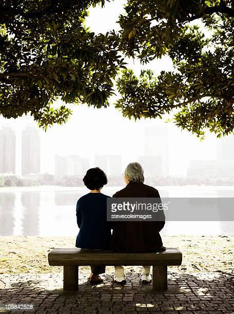 アジアの老人カップルまるで、公園のベンチで