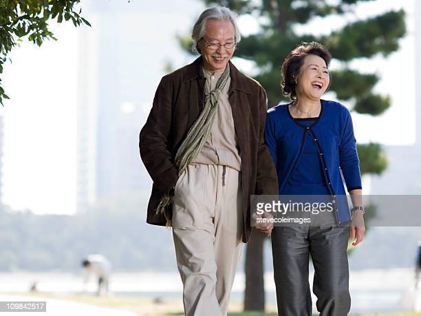 アジアの老人カップルには、公園の散歩
