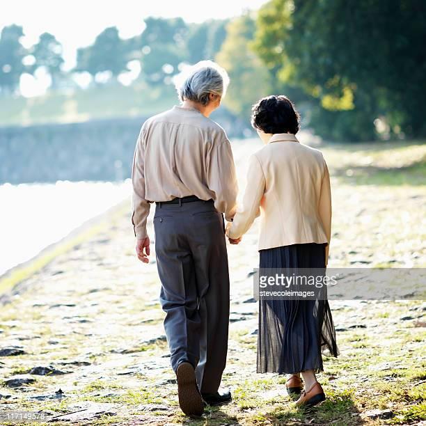 アジアの老人ビーチを散歩するカップル、Lake Shore