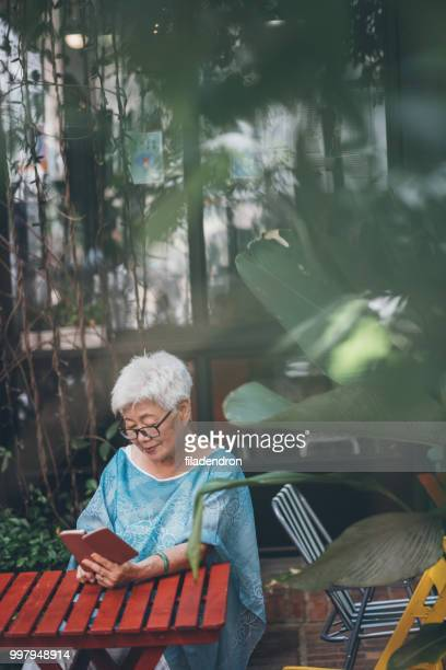 Haute femme asiatique en regardant son smartphone
