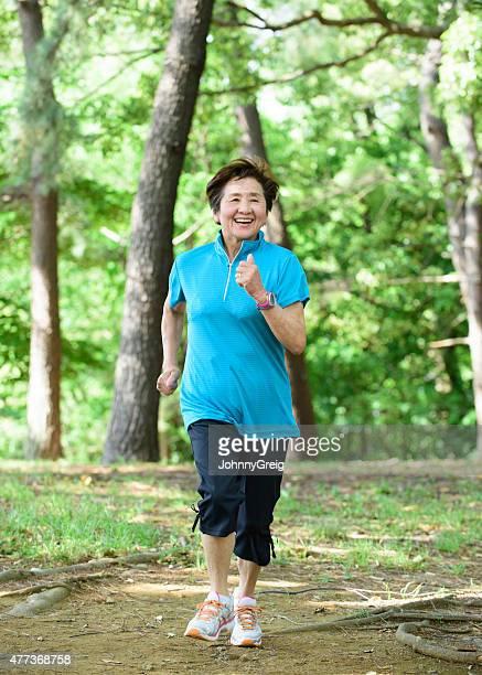 アジアの老人女性ランナー
