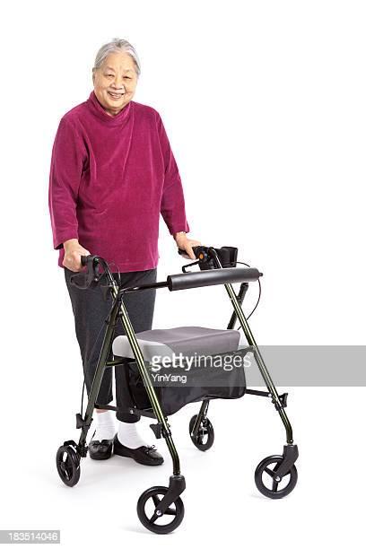 Ältere asiatische Frau mit Orthopädischer Walker, Vorderansicht, Weißer Hintergrund