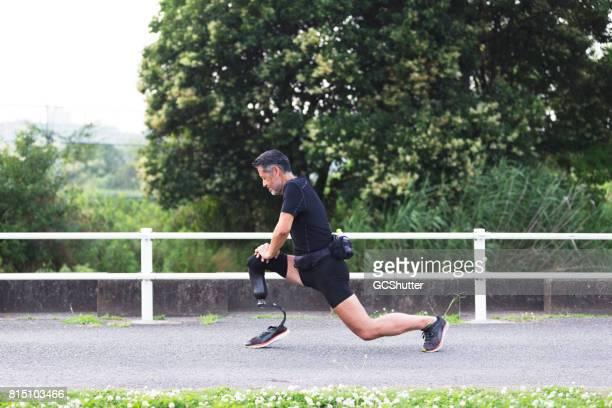 Senior atleet lunges vóór zijn oefening doen