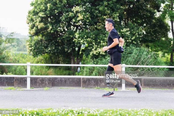 Senior atleet joggen op zijn sport prothetic been.
