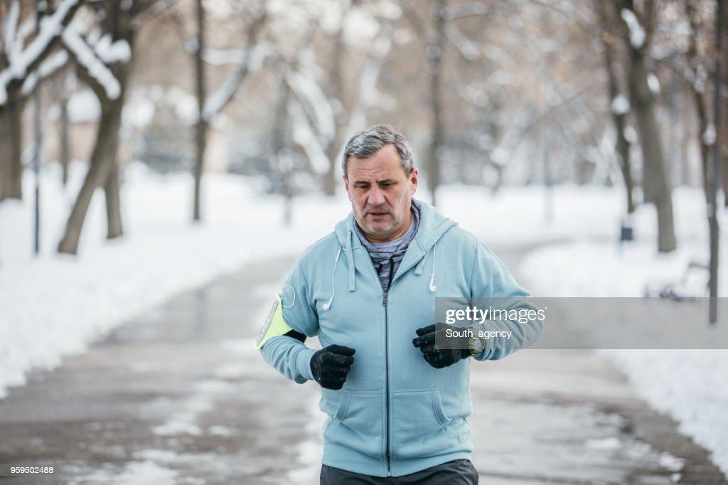 Ältere Sportler laufen im park : Stock-Foto