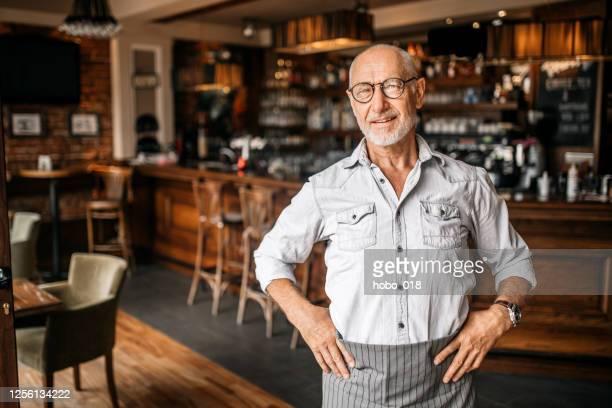 カフェのシニアバリスタ - ワーキングシニア ストックフォトと画像
