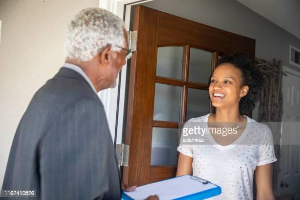 senior black politician puerta a puerta - census fotografías e imágenes de stock