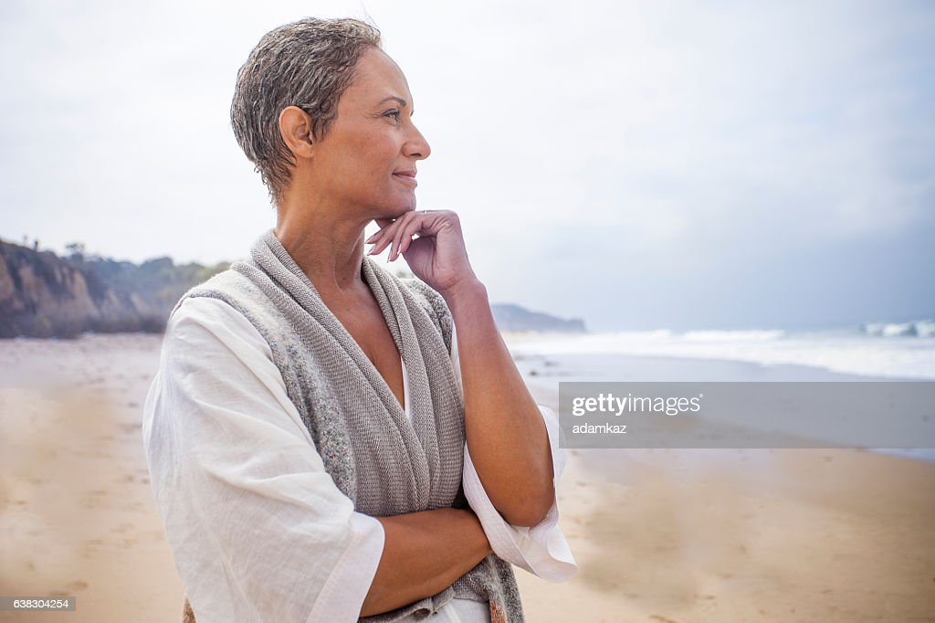 Senior Black Woman Relaxing on Beach : Stock-Foto