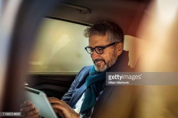 senior busiessman in de auto - overvloed stockfoto's en -beelden