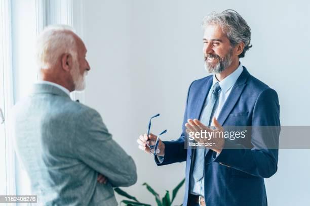 senior business conversation - fundador imagens e fotografias de stock