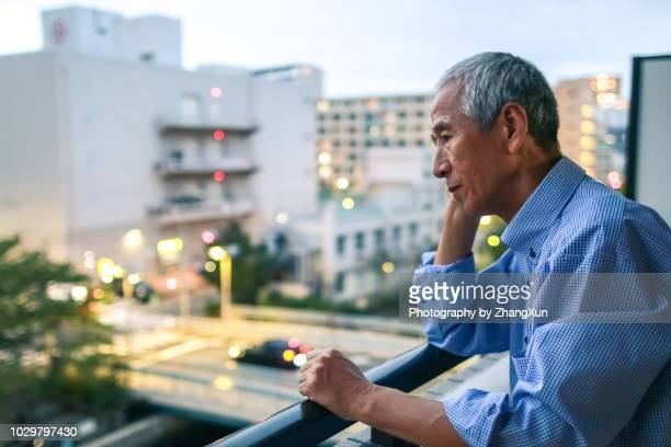 a senior business manager is thinking method to deal with the troublel. - alleen volwassenen stockfoto's en -beelden
