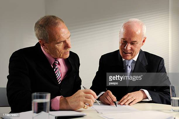 senior Homme d'affaires dans les salles de réunion