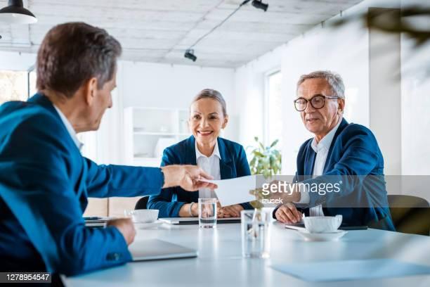 hogere bedrijfsmensen tijdens vergadering - izusek stockfoto's en -beelden