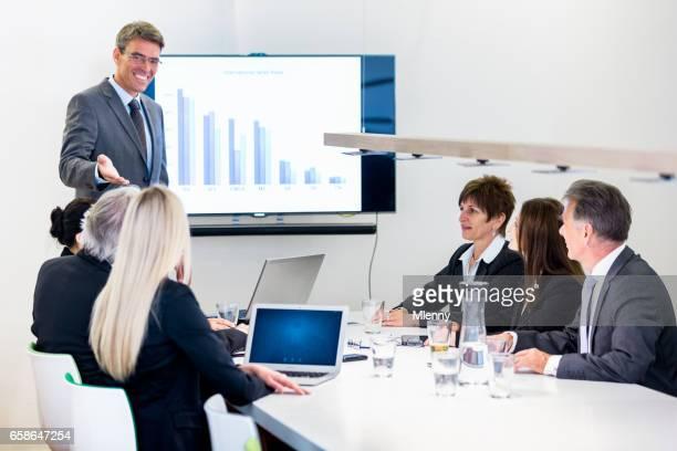 Empresario Senior negocios reunión presentación financiera