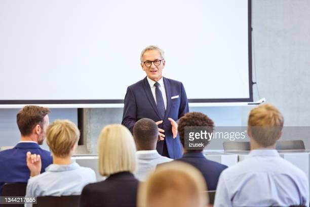 uomo d'affari senior durante la presentazione - izusek foto e immagini stock
