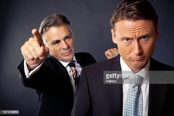 senior Empresário disparar um jovem Trabalhador