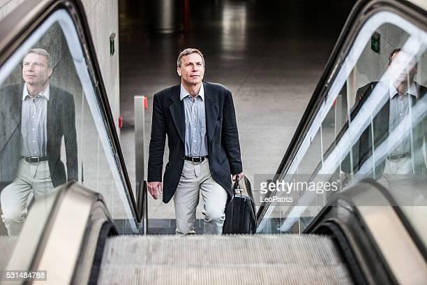 Senior Geschäftsmann Richtung bei der Arbeit am Morgen
