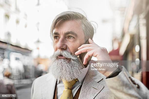 Leitender Geschäftsmann einen Anruf