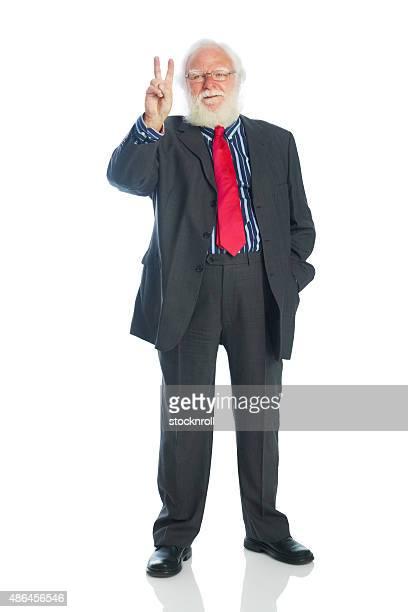 Senior Homme d'affaires montrant le signe de la victoire