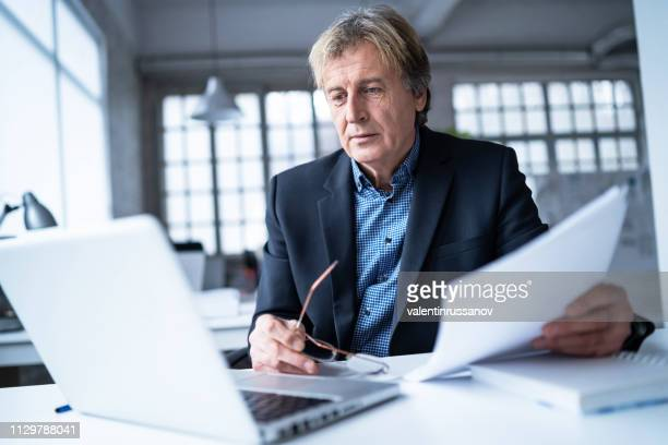 homem de negócios sênior com glasess fora no escritório - diretor de cinema - fotografias e filmes do acervo
