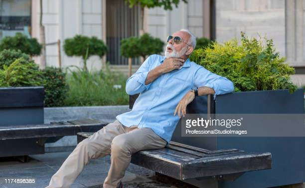 市街地で健康上の問題を抱えるシニアビジネスマン - 喉が詰まる ストックフォトと画像