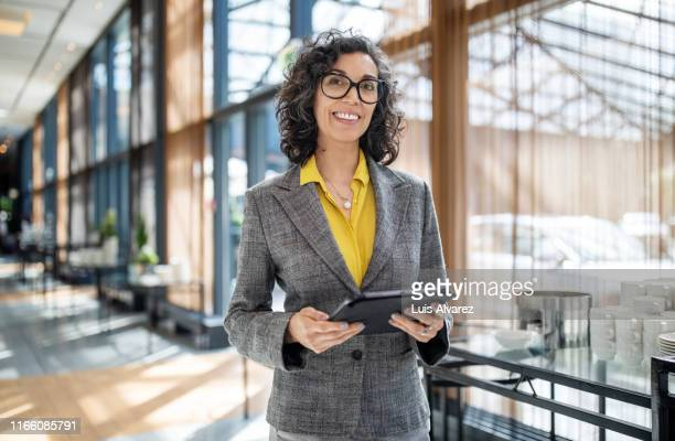 senior businesswoman at launch event - launch event photos et images de collection